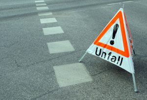 Schild Achtung Unfall