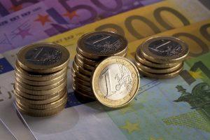MŸnzstapel stehen auf Euro Scheinen